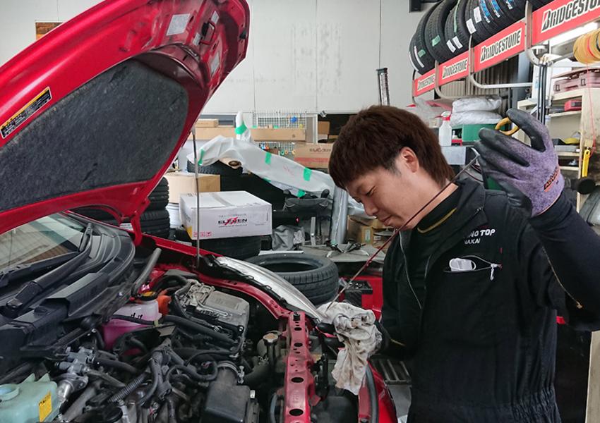 自動車整備中の画像